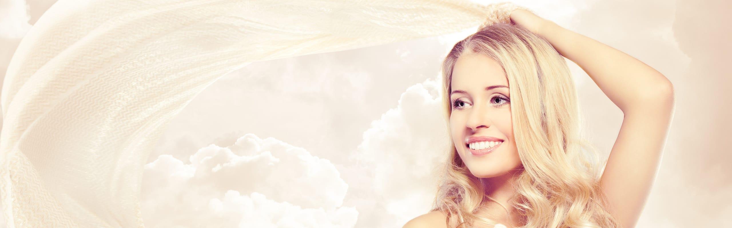 Lächelnde Frau vor Wolkenhintergrund