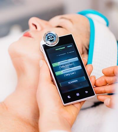 Behandlung einer Kundin mittels moderner Technologien bei Kosmetik Griessner