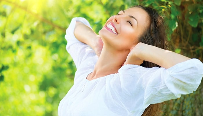 Glückliche lächelnde Frau mit weissem Shirt