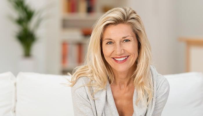 Glückliche Lächelnde Kundin bei Kosmetik Griessner