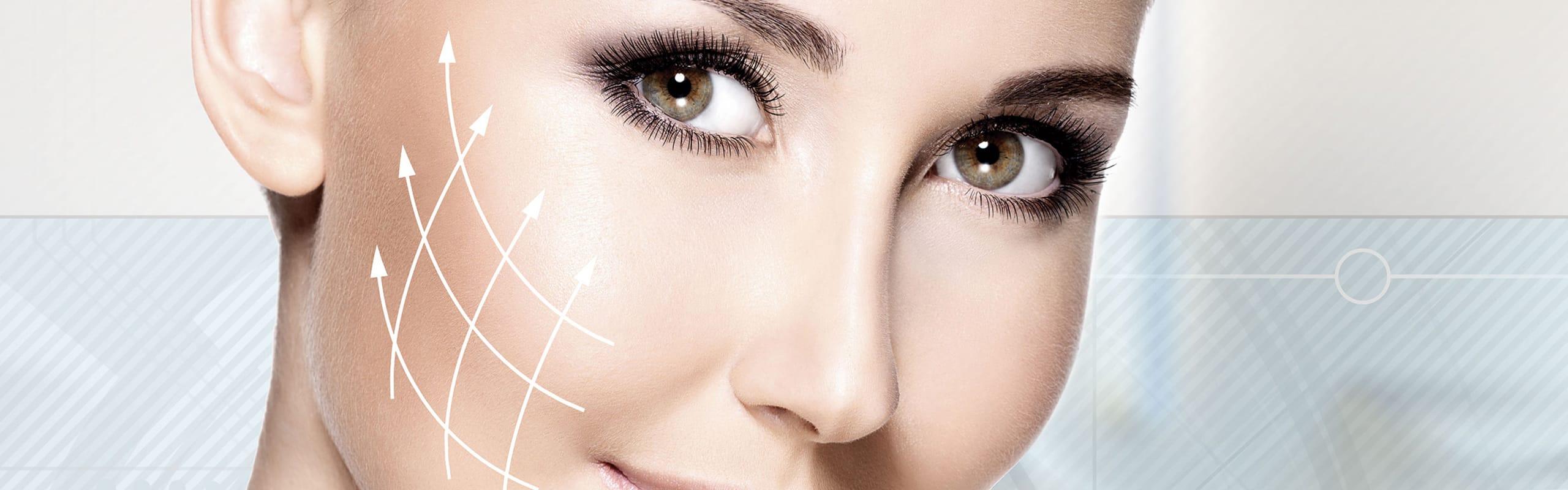 Gesicht einer Frau mit Pfeilen welche aufzeigen wie die Behandlung sich auf die Haut auswirkt