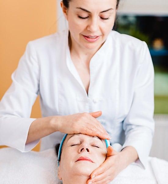 Behandlung einer Kundin bei Kosmetik Griessner