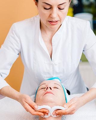 Kosmetische Behandlung einer Kundin bei Kosmetik Griessner